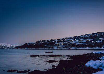 Hus og fjell ved havet