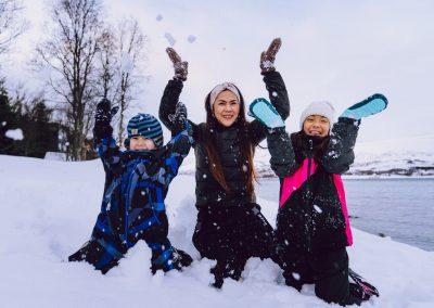 Familie som kaster opp snø