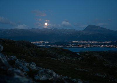Måne, fjell og by