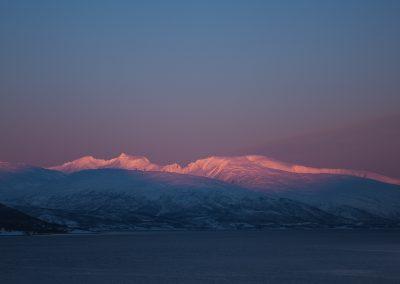 Utsiktsbilde av fjell med rosa og blått lys